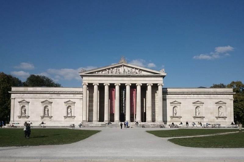 Hier versammeln sich auf kurzer Distanz fast alle bekannten Museen und die schönsten baulichen Highlights des Klassizismus wie Königsplatz oder Propyläen.